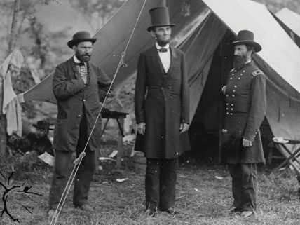 Abraham Lincoln standing with General - Abraham Lincoln Facts For Kids